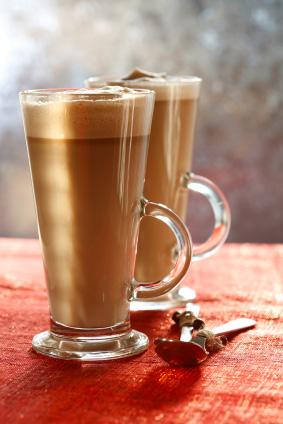 Kaffe latte i höga glas